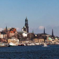 Hamburg von der Elbe aus