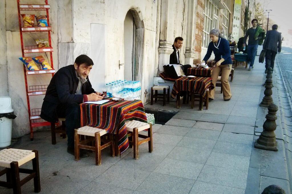 Auch der Kiosk am Eck bietet ein Straßencafé